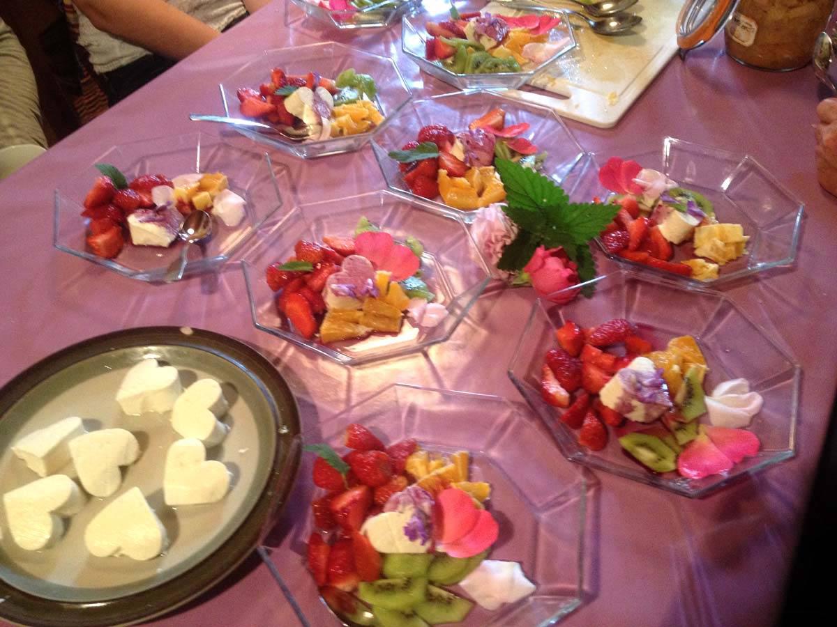 Käserei in der Küche - Süße Nachspeise aus Frischkäse mit Blüten
