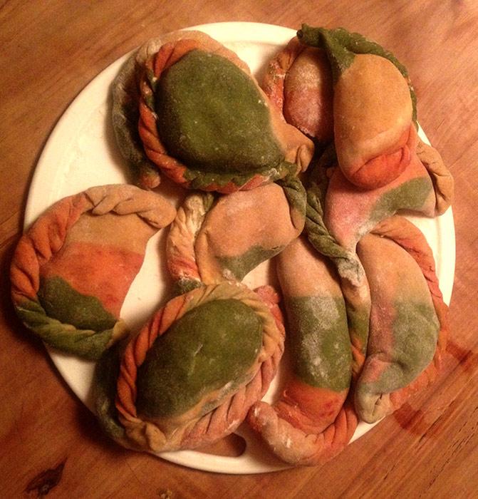 Tricolor Teigtascherl mit Grünspargelfrischkäse